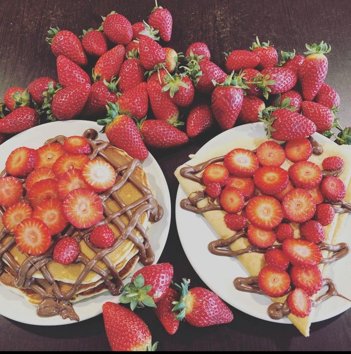 Images des crêpes à la fraise de Daily Coffee Shop